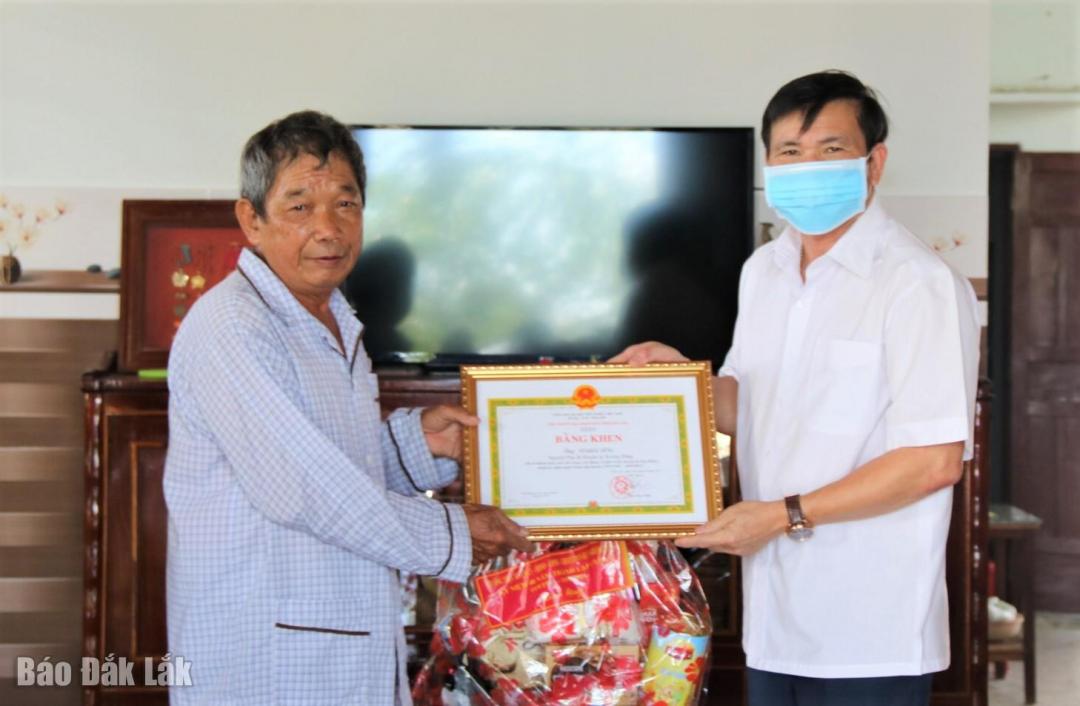 Bí thư Huyện ủy Krông Bông Đỗ Quốc Hương tặng Bằng khen của Chủ tịch UBND tỉnh cho ông Võ Khắc Dũng, Nguyên Phó Bí thư Huyện ủy Krông Bông.