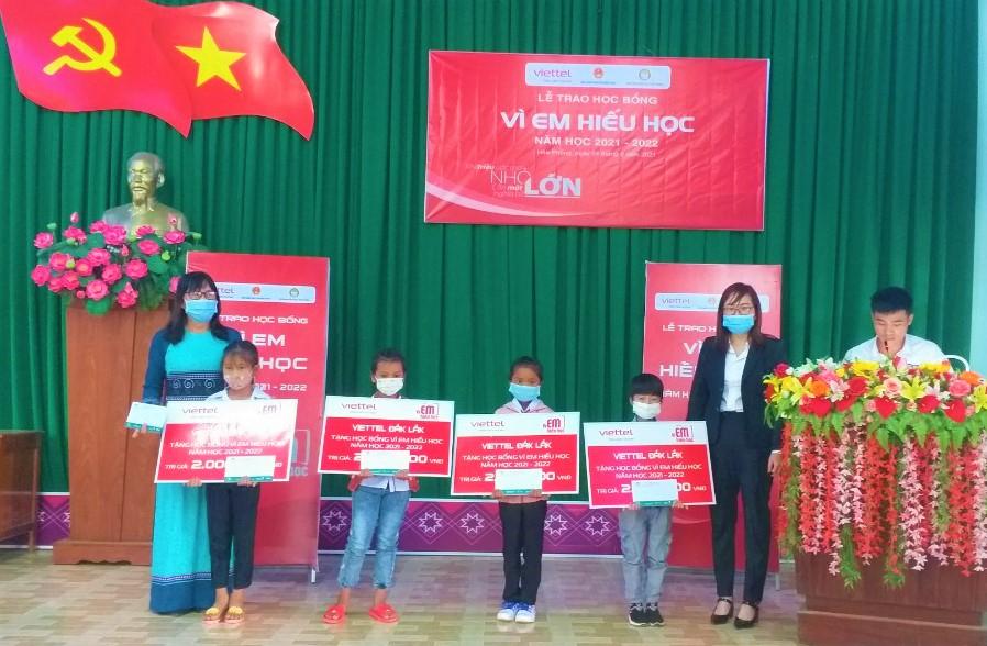 """Viettel Đắk Lắk (Chi nhánh Krông Bông) tổ chức Lễ trao học bổng """"Vì em hiếu học"""" cho học sinh nghèo vượt khó trên địa bàn huyện."""