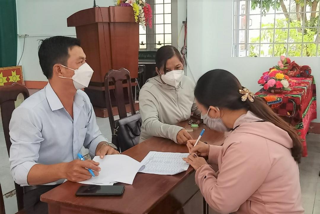 Đơn vị chức năng huyện Krông Bông chi trả tiền hỗ trợ cho lao động tự do trên địa bàn thị trấn Krông Kmar gặp khó khăn do đại dịch COVID-19