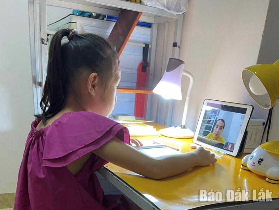 Em Nguyễn Linh Đan, học sinh lớp 3 Trường Tiểu học Nguyễn Công Trứ (TP. Buôn Ma Thuột) học trực tuyến. Ảnh: Gia Nguyên
