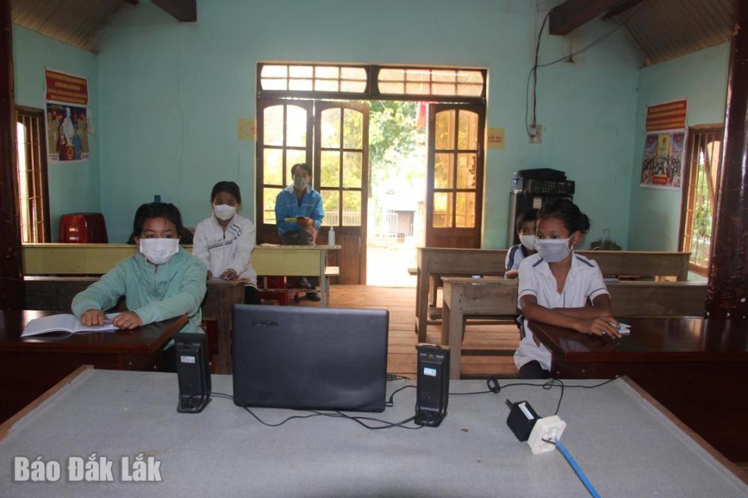 Lớp học trực tuyến của học sinh khối 6 tại điểm học tập buôn Ka La.
