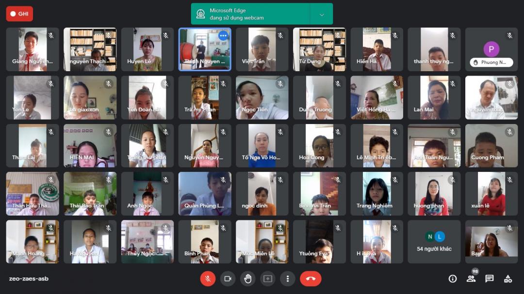 Học sinh Trường THCS Thành Nhất (TP. Buôn Ma Thuột) khai giảng trực tuyến. Ảnh: Đức Huy
