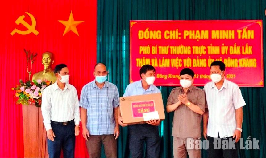 ..Tặng quà Đảng ủy xã Bông Krang (huyện Lắk).