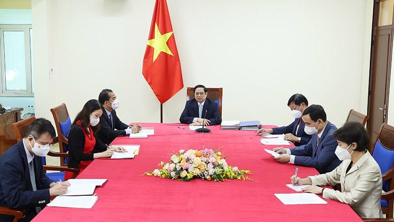 Thủ tướng Phạm Minh Chính họp trực tuyến với bà Aurélia Nguyen, Giám đốc điều hành COVAX. (Nguồn: TTXVN)