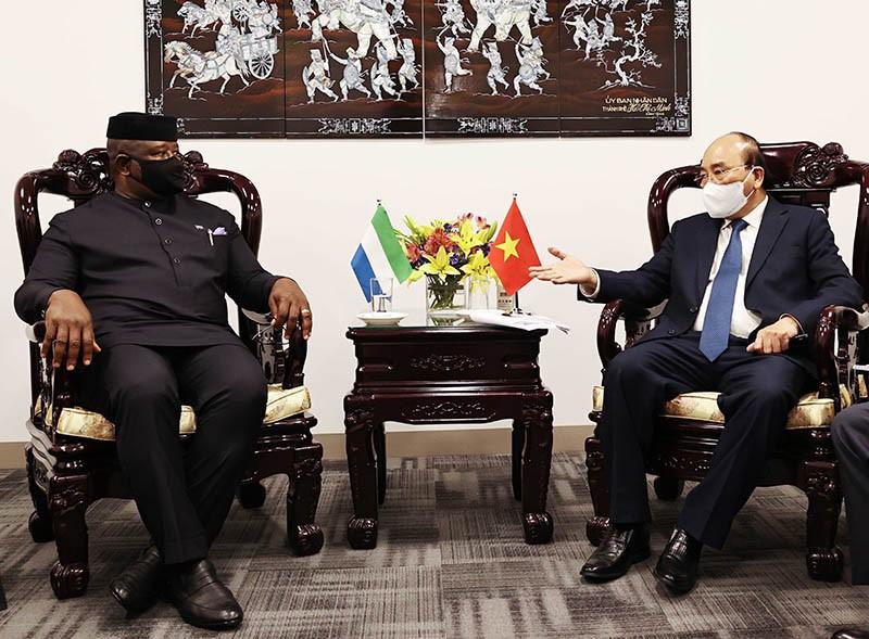 Chủ tịch nước Nguyễn Xuân Phúc gặp Tổng thống Sierra Leone Julius Maada Bio. (Nguồn: TTXVN)