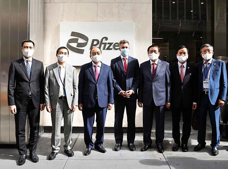 Chủ tịch nước Nguyễn Xuân Phúc đến thăm và làm việc tại công ty Pfizer. (Nguồn: TTXVN)