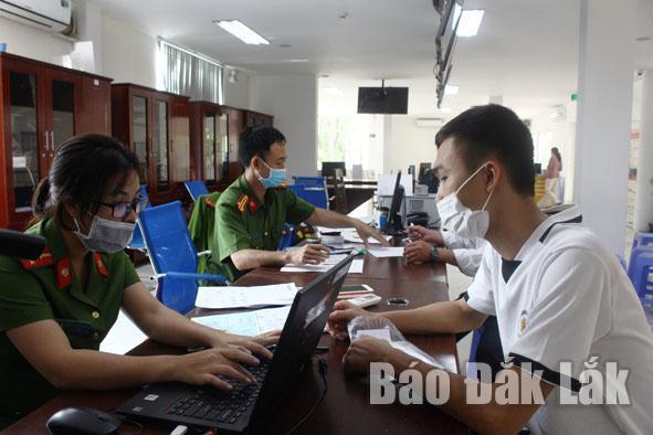 Cán bộ, chiến sĩ Công an tỉnh giải quyết thủ tục hành chính cho người dân làm thẻ căn cước công dân tại Trung tâm Dịch vụ hành chính công tỉnh. (Ảnh minh họa)