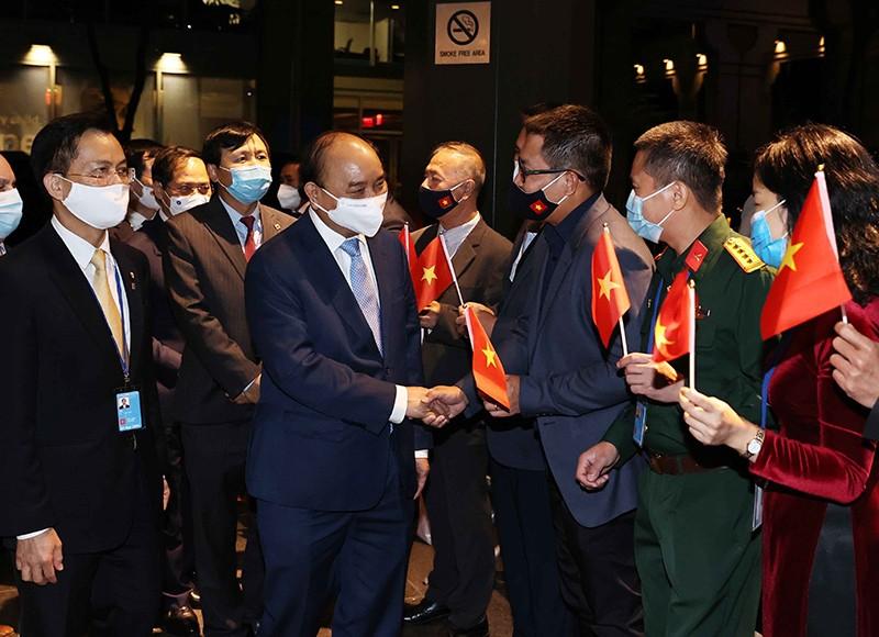 Cán bộ Đại sứ quán Việt Nam tại Hoa Kỳ và Phái đoàn thường trực Việt Nam tại Liên hợp quốc đón Chủ tịch nước Nguyễn Xuân Phúc. (Nguồn: TTXVN)