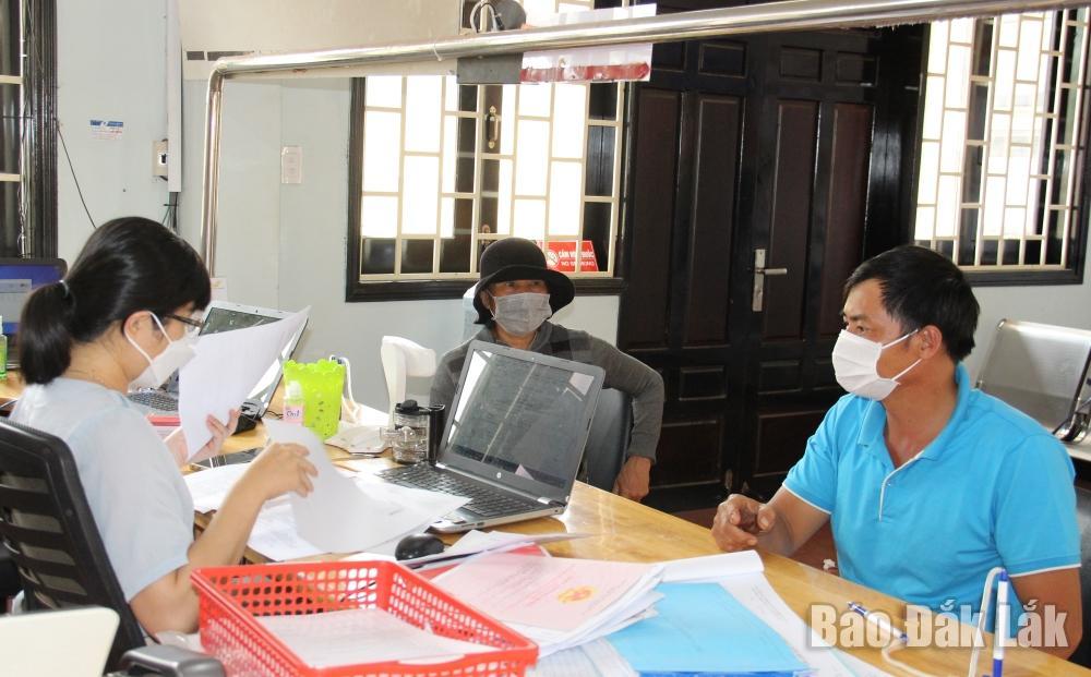 Giải quyết hồ sơ thủ tục hành chính cho người dân tại Bộ phận tiếp nhận và trả kết quả - UBND huyện Krông Năng. (Ảnh minh họa)