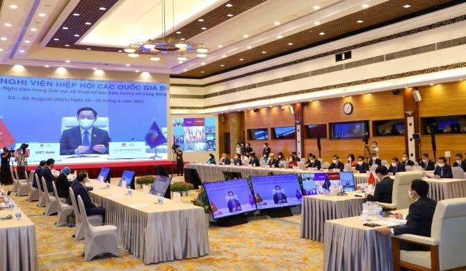 Chủ tịch Quốc hội Vương Đình Huệ với các thành viên Đoàn đại biểu cấp cao Quốc hội Việt Nam dự họp Phiên toàn thể thứ hai Đại hội đồng Liên nghị viện ASEAN (AIPA) lần thứ 42. (Ảnh: Nguyễn Điệp/TTXVN)