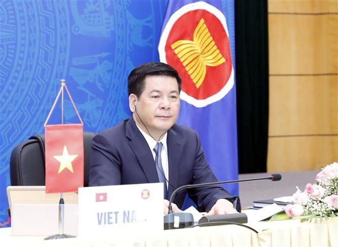 Bộ trưởng Công Thương Nguyễn Hồng Diên tham dự hội nghị và phát biểu tại điểm cầu Hà Nội. (Ảnh: Trần Việt/TTXVN)