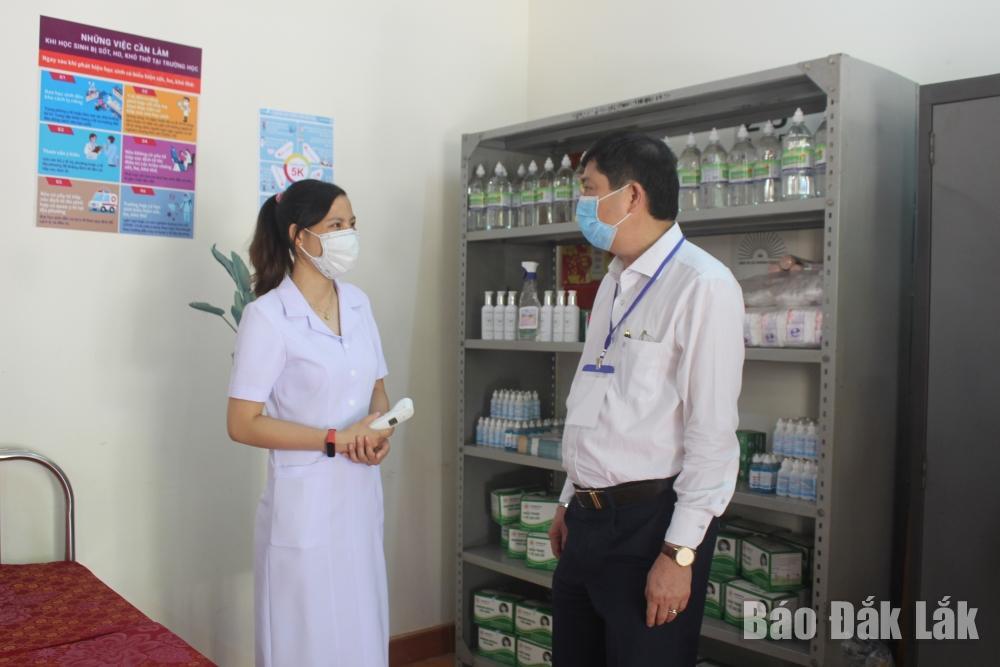 Giám đốc Sở GD-ĐT Phạm Đăng Khoa kiểm tra công tác y tế trường học tại Trường THPT Lê Quý Đôn (TP. Buôn Ma Thuột).
