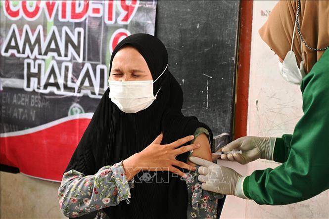 Nhân viên y tế tiêm vaccine ngừa COVID-19 cho người dân tại Banda Aceh, Indonesia. Ảnh: AFP/TTXVN