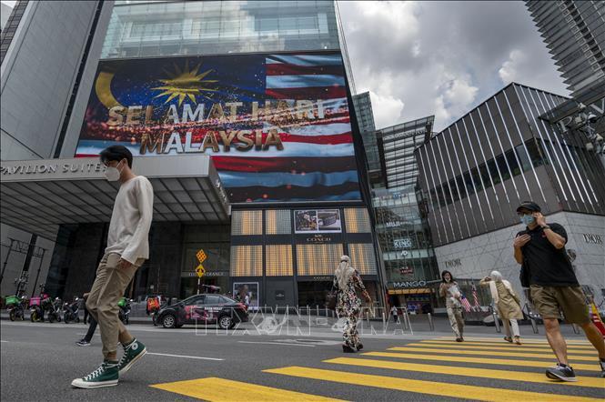 Người dân di chuyển trên đường phố tại Kuala Lumpur, Malaysia. Ảnh: THX/TTXVN